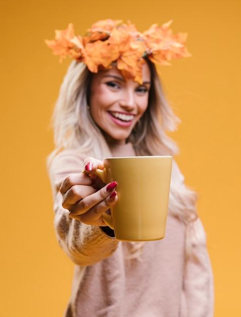 Gaie, jeune femme, porter, couronne, feuilles, tenue, tasse café Photo gratuit