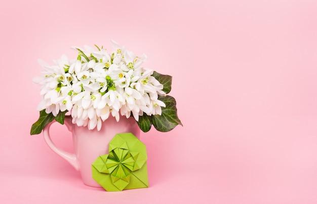 Galanthus Sur Fond Rose Et Coeur Vert Photo Premium