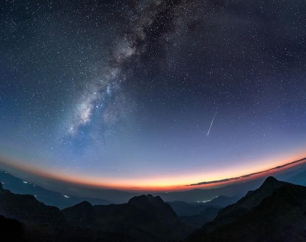 Galaxie De La Voie Lactée Avec étoile Filante Et Montagne Au Crépuscule Photo Premium