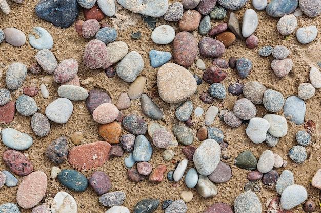 Galet sur le sable après la pluie. vue de dessus, plage Photo Premium