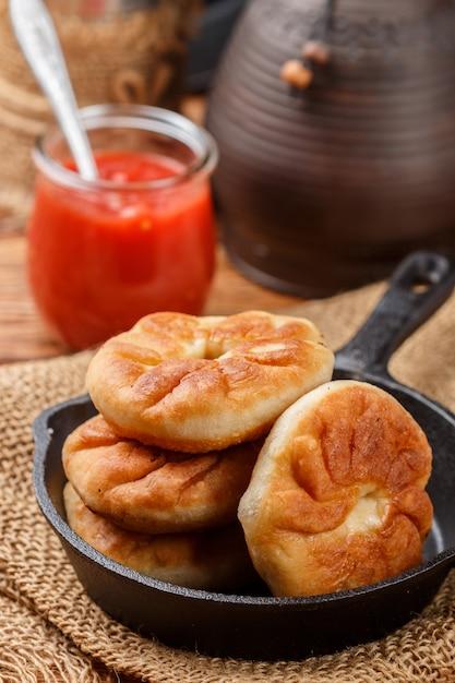 Galettes frites avec de la viande et des oignons (béliash) traditionnelles russes (tatar, bachkir) Photo Premium