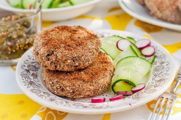 Galettes de pommes de terre et de porc avec salade de concombre et radis Photo Premium