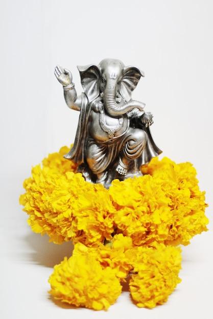 Ganesha dieu est le seigneur du succès dieu de l'hindouisme sur les fleurs de souci Photo Premium