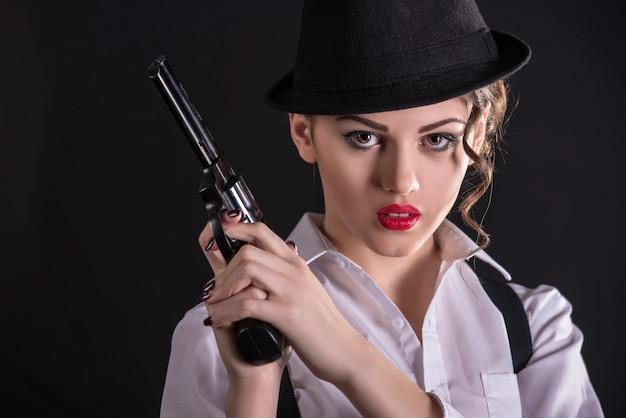Gangster femme tenant le fusil Photo Premium