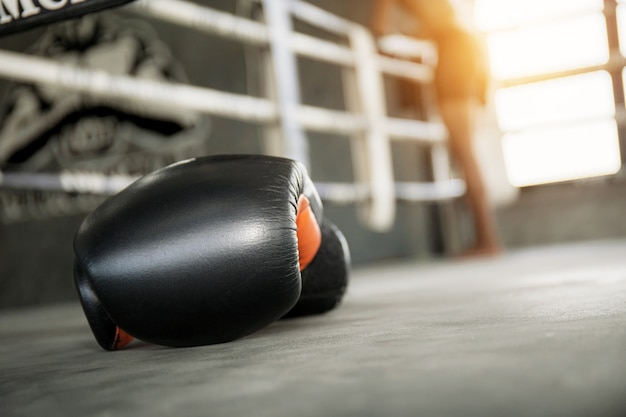 Gants de boxe sur le ring. Photo Premium