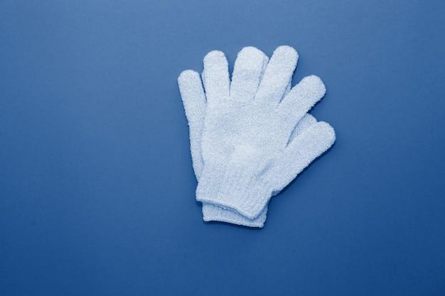 Gants Exfoliants Pour Femme à Utiliser Sous La Douche Pour Le Massage Et Le Gommage Tonique Dans La Couleur Bleue Classique à La Mode De L'année 2020. Photo Premium