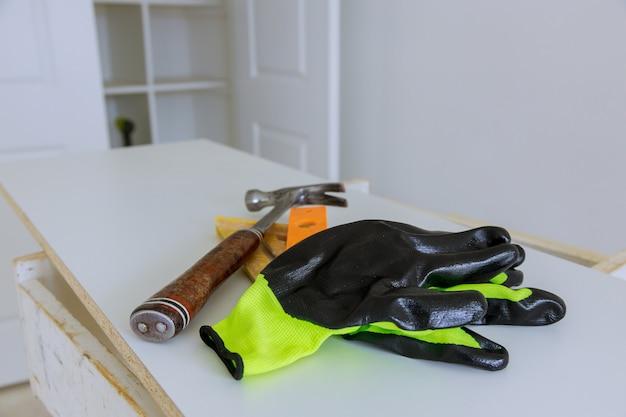Gants De Protection Avec Un Marteau équipement De Construction D'artisans Photo Premium