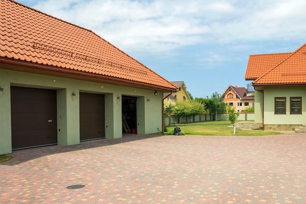 Garage avec portes dans une cour Photo Premium