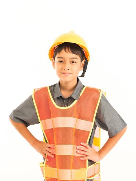 Garçon asiatique avec un ingénieur et un chapeau de sécurité jaune sur fond blanc Photo Premium