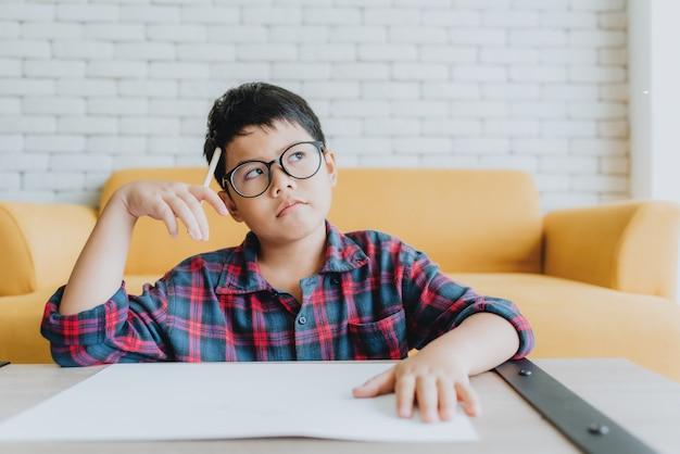 Garçon Asiatique Pense à Quelque Chose Photo Premium
