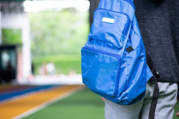 Garçon asiatique qui va à l'école avec son sac à dos. Photo Premium