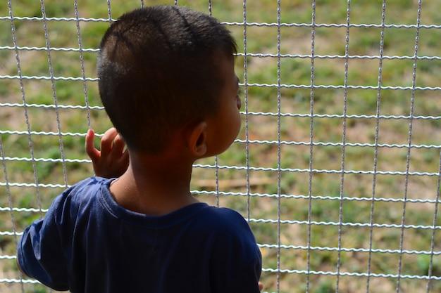 Le garçon attend quelqu'un Photo Premium