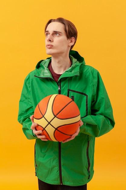 Garçon Avec Ballon De Basket Photo gratuit