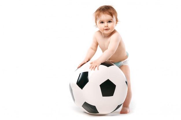 Garçon avec un ballon de foot Photo Premium