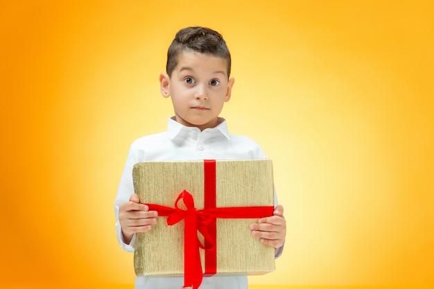 Le Garçon Avec Boîte-cadeau Photo gratuit
