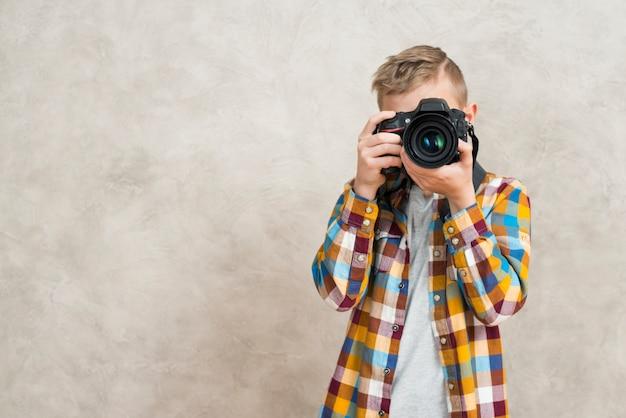 Garçon avec caméra Photo gratuit
