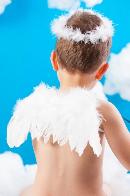Garçon cupidon sur un nuage Photo Premium