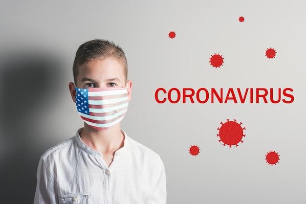 Garçon Dans Un Masque Médical Avec Le Drapeau Des Etats-unis Sur Son Visage Sur Fond Clair. Photo Premium