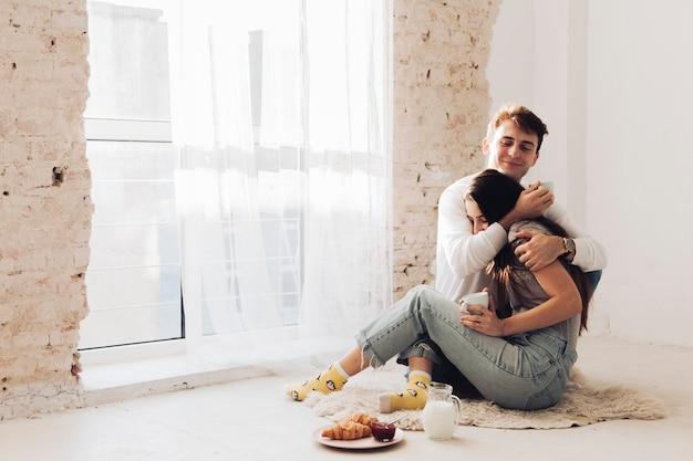 Garçon embrassant sa petite amie Photo gratuit