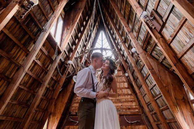 Garçon Embrasse Une Fille à Chhek, Vêtu D'une Tenue De Mariage à L'intérieur D'un Bâtiment En Bois, Couple Amoureux Photo gratuit
