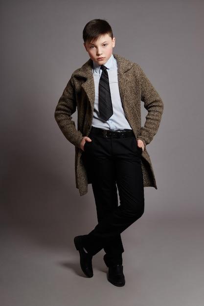 Garçon est un homme d'affaires dans une chemise et une cravate Photo Premium