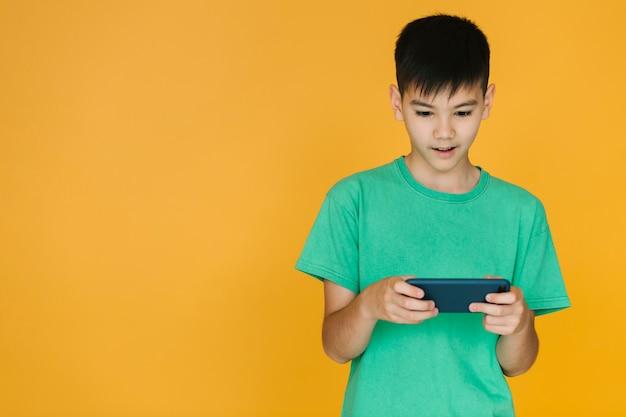 Garçon faisant attention à un jeu Photo gratuit