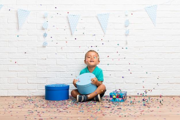 Garçon fêtant son anniversaire avec des confettis lors d'une fête Photo Premium