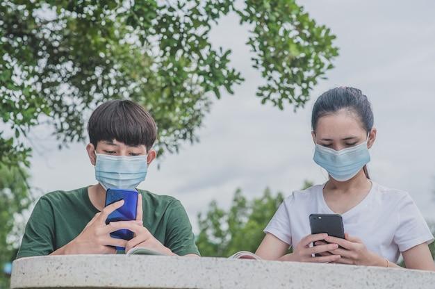 Garçon Et Fille Utilisant Un Smartphone Mobile Pour L'apprentissage En Ligne Photo Premium