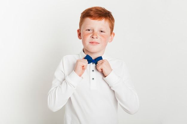 Garçon de gingembre avec noeud papillon Photo gratuit