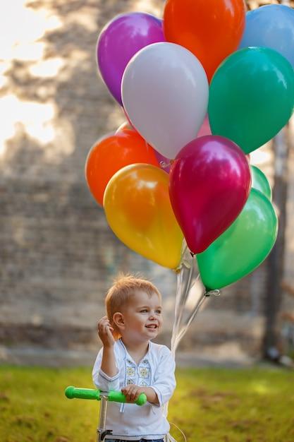 Garçon heureux avec ballon coloré. Photo Premium