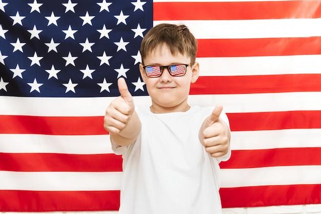 Garçon heureux sur le drapeau américain Photo Premium