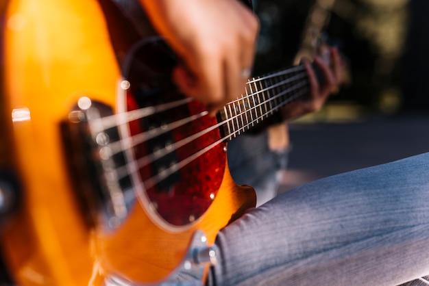 Garçon jouant de la guitare électrique Photo gratuit