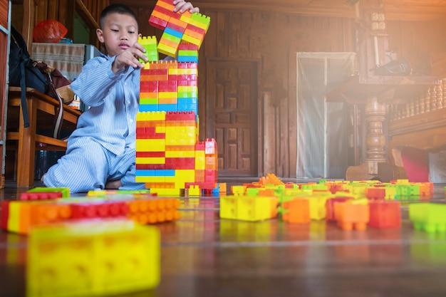 Garçon jouant jouet puzzle Photo Premium