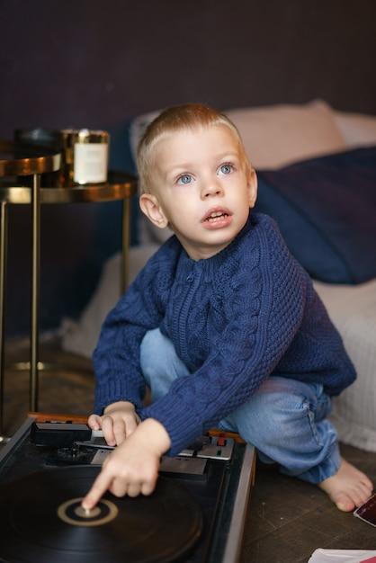 Garçon jouant avec lecteur de vinyle Photo Premium