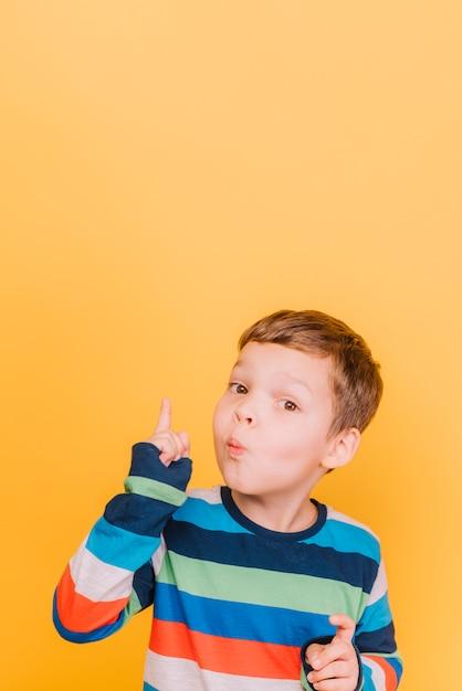 Garçon levant le doigt Photo gratuit