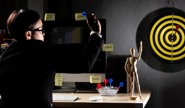 Un garçon manqué fait de la cible comme cible supérieure Photo Premium
