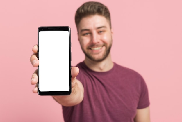 Garçon montrant un téléphone portable Photo gratuit