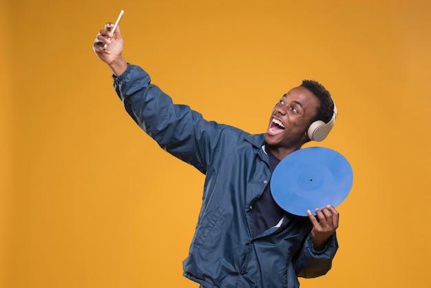 Garçon noir posant avec un casque Photo gratuit