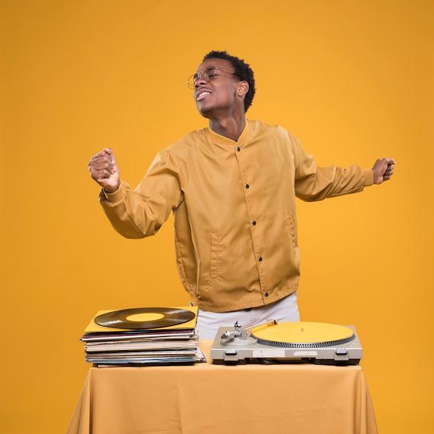 Garçon noir posant avec des vinyles Photo gratuit
