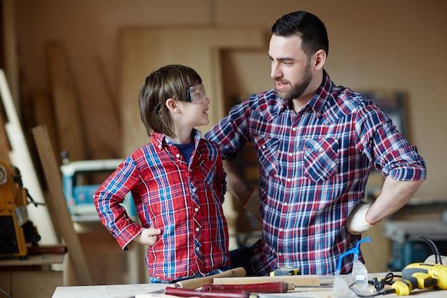 Garçon et père parle Photo gratuit