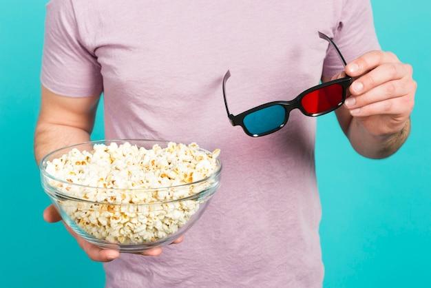 Garçon avec pop-corn et lunettes 3d Photo gratuit