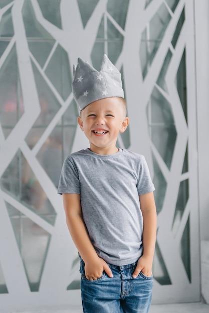 Garçon Portant Une Couronne, Un Garçon Qui Rit Comme Un Prince, Un Concept De Développement Pour Rester à La Maison. Photo Premium