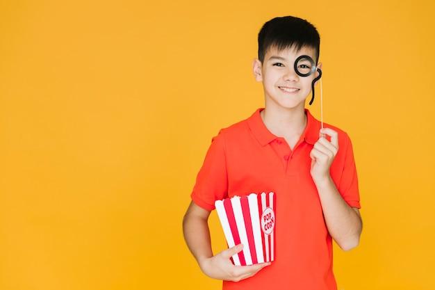 Garçon portant un faux monocle avec espace de copie Photo gratuit