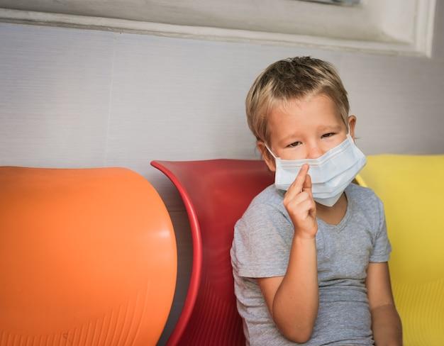 Garçon Portant Un Masque Facial Jetable Pour éviter Une Infection Virale. Protection Antivirus Photo Premium