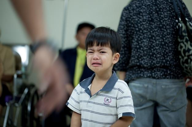 Garçon qui pleure Photo Premium