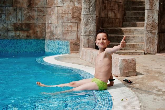 Garçon s'amuser au parc aquatique Photo Premium