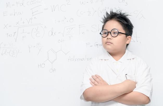 Garçon scientifique intelligent asiatique sur whiteborad avec équation scientifique, concept de science et d'educaton Photo Premium