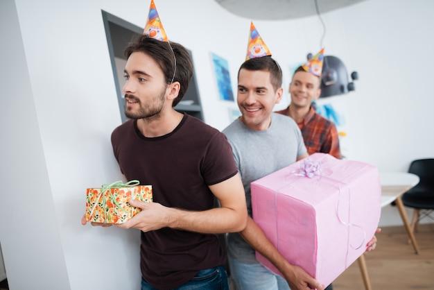 Garçon souriant avec boite fête d'anniversaire surprise. Photo Premium