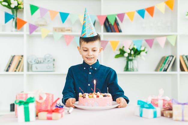 Garçon Souriant Avec Un Gâteau D'anniversaire Photo gratuit