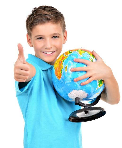 Garçon Souriant En Tenue Décontractée Globe Avec Signe De Pouce En L'air Isolé Sur Blanc Photo gratuit